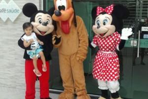 Crianças foram recebidas por personagens de Walt Disney